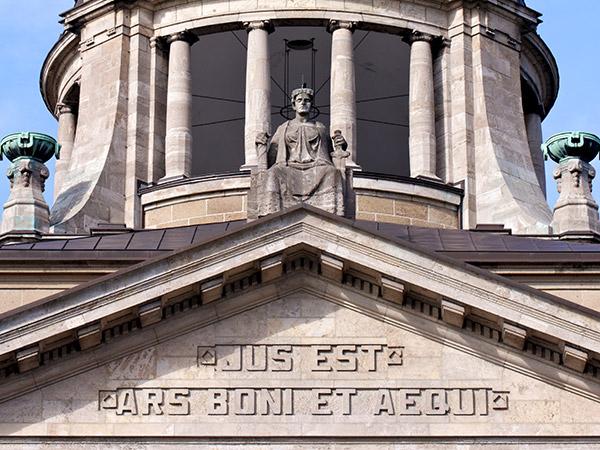 Lateinische Inschrift in Gebäude