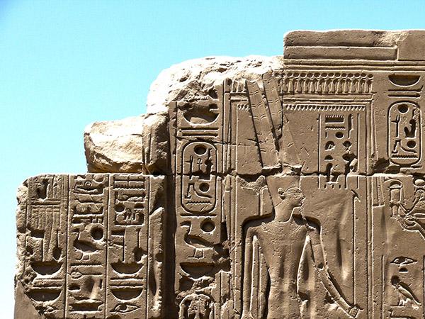 Hieroglyphenschrift an ägyptischem Tempel